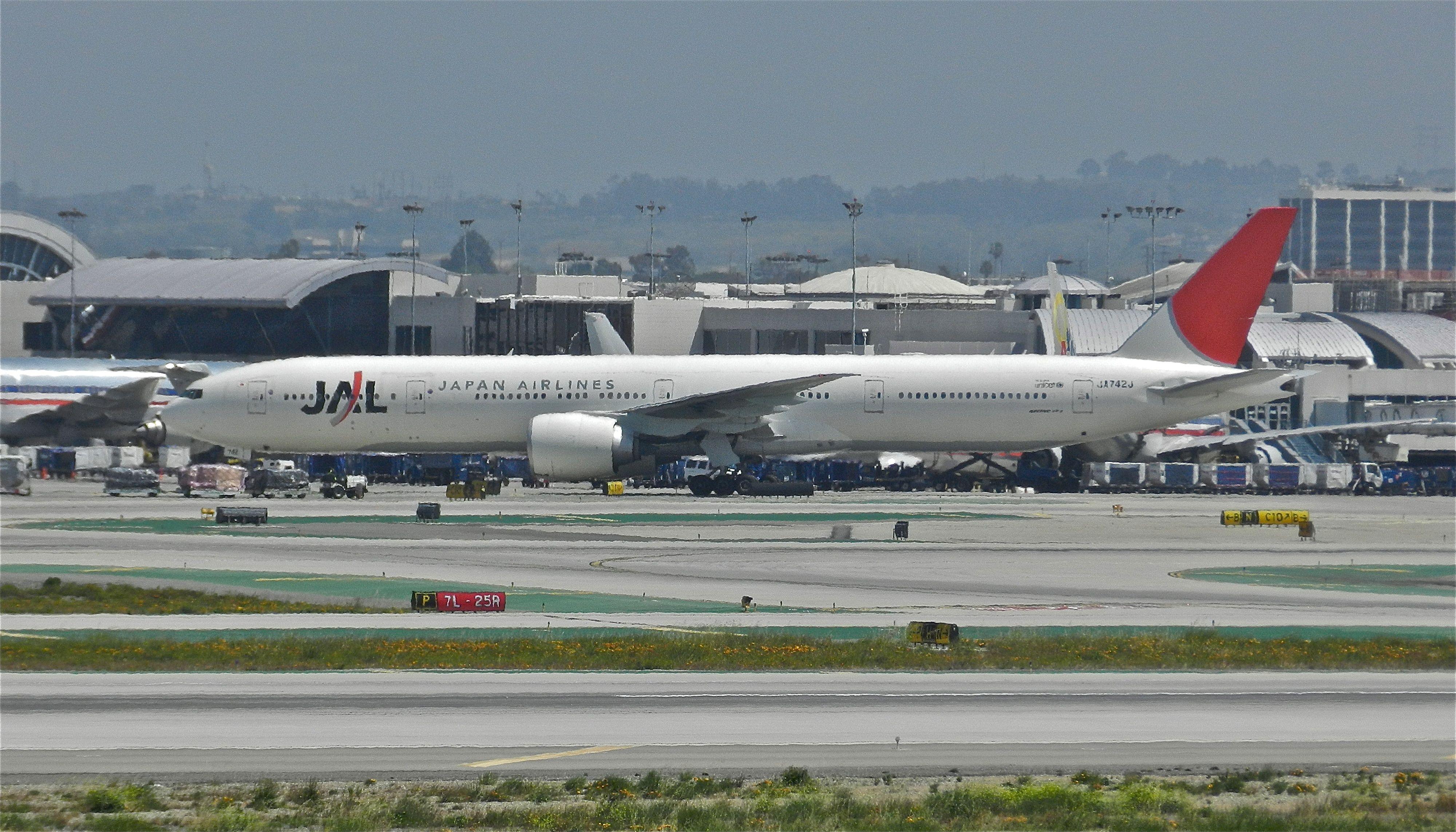 JAL B777-300 at LAX