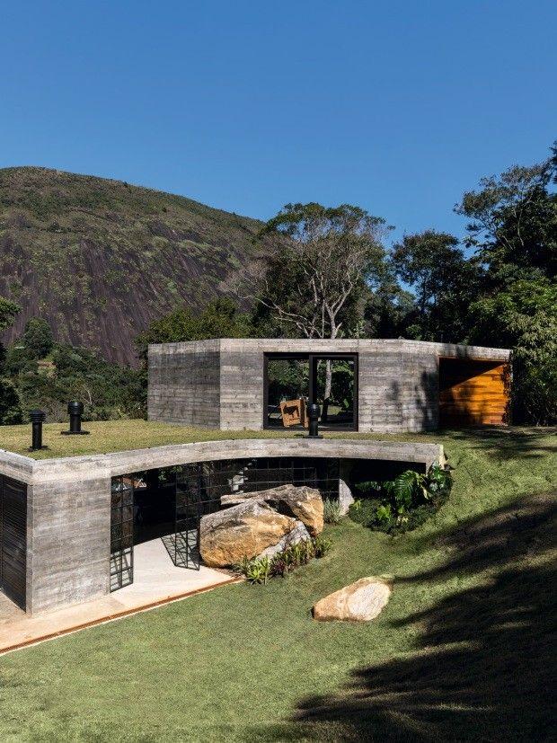 Casa de concreto, madeira e vidro é um refúgio na serra fluminense