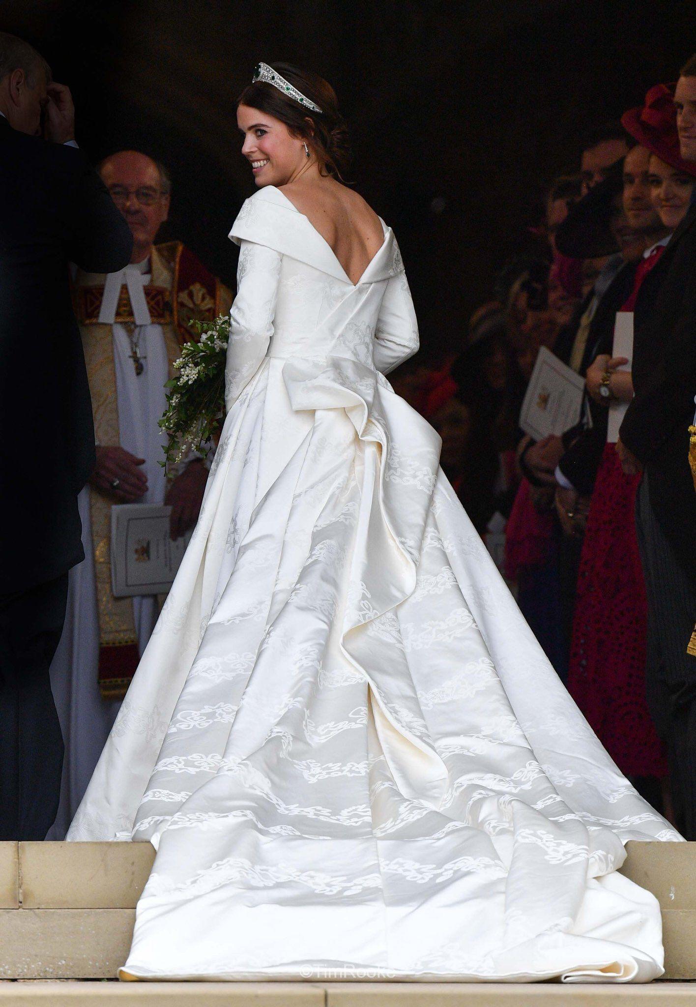 Princess Eugenie Queens Elizabeth S Granddaughter On Her Wedding Day Royal Wedding Dress Royal Wedding Gowns Eugenie Wedding [ 2048 x 1416 Pixel ]