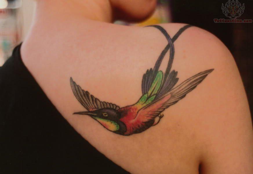 tatouage femme paule oiseau en couleur tatouage femme sur l 39 paule pinterest tatouage. Black Bedroom Furniture Sets. Home Design Ideas