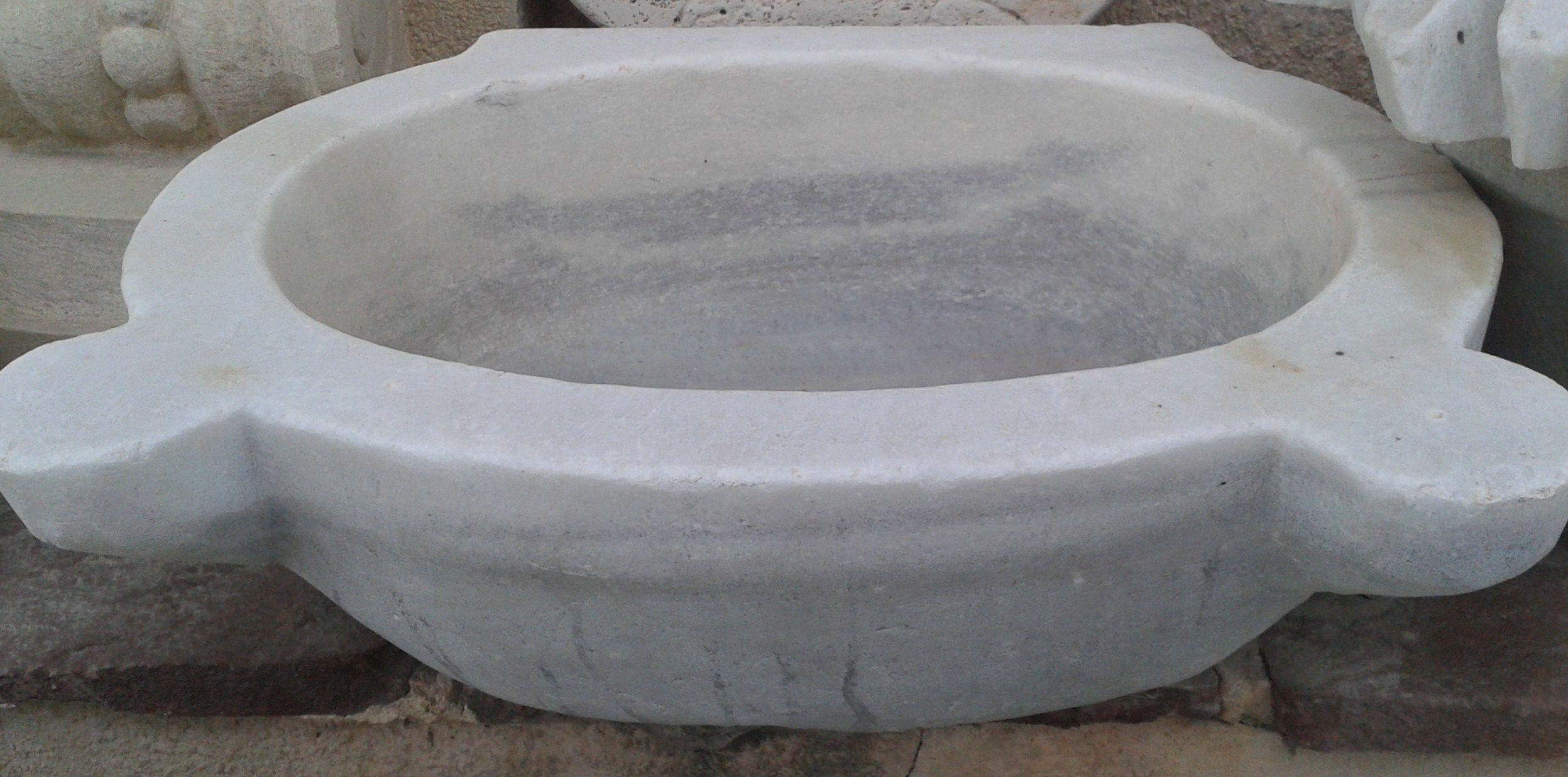 pila antigua bautismal en mrmol