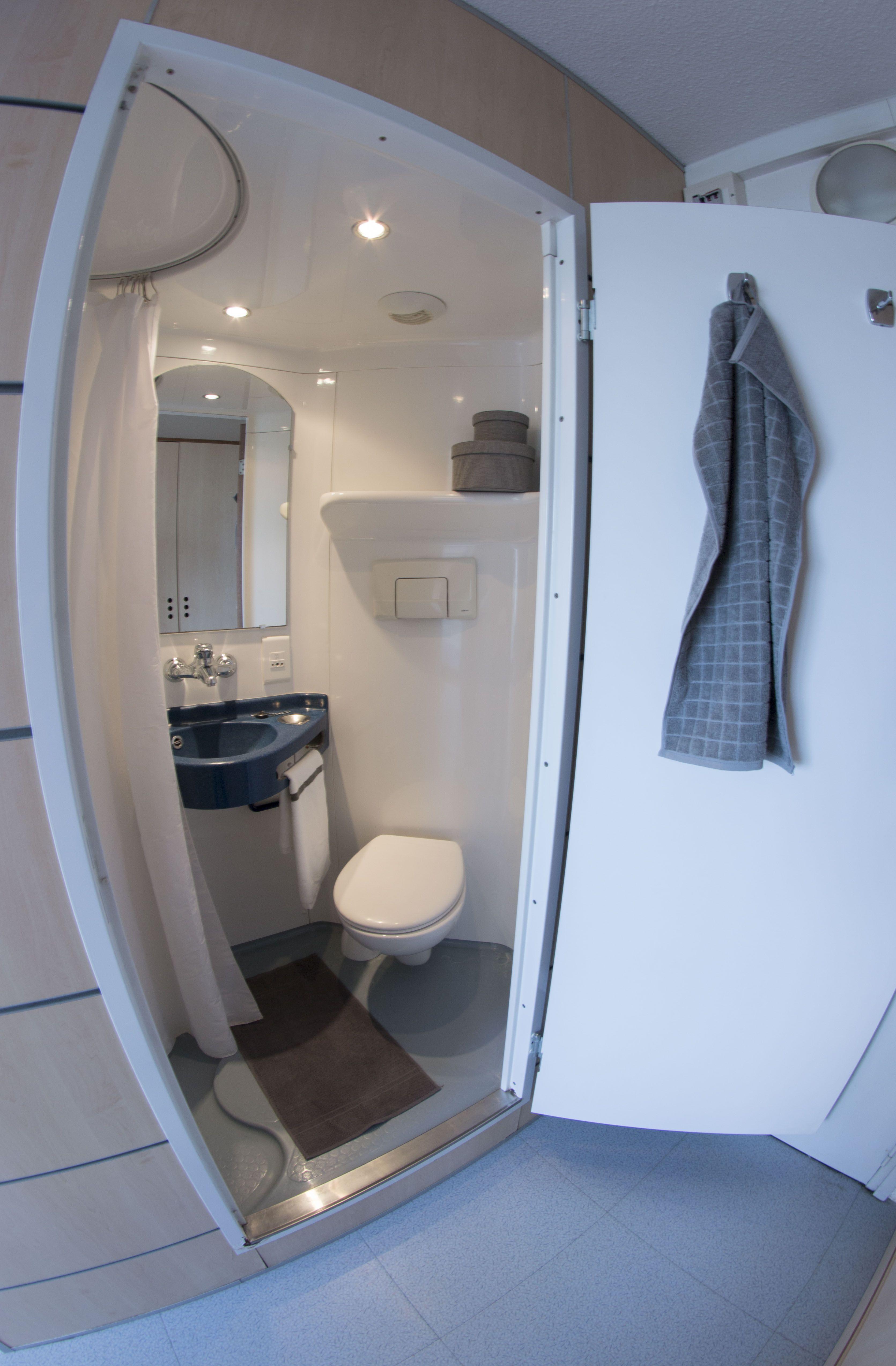 Chambre avec salle de bain rénovée