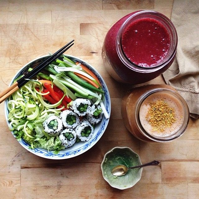 Idea of healthy meal : Homemade veggie sushi, lots of salad, a beet banana molasses (iron!) smoothie and a banana carrot ginger turmeric smoothie topped with bee pollen