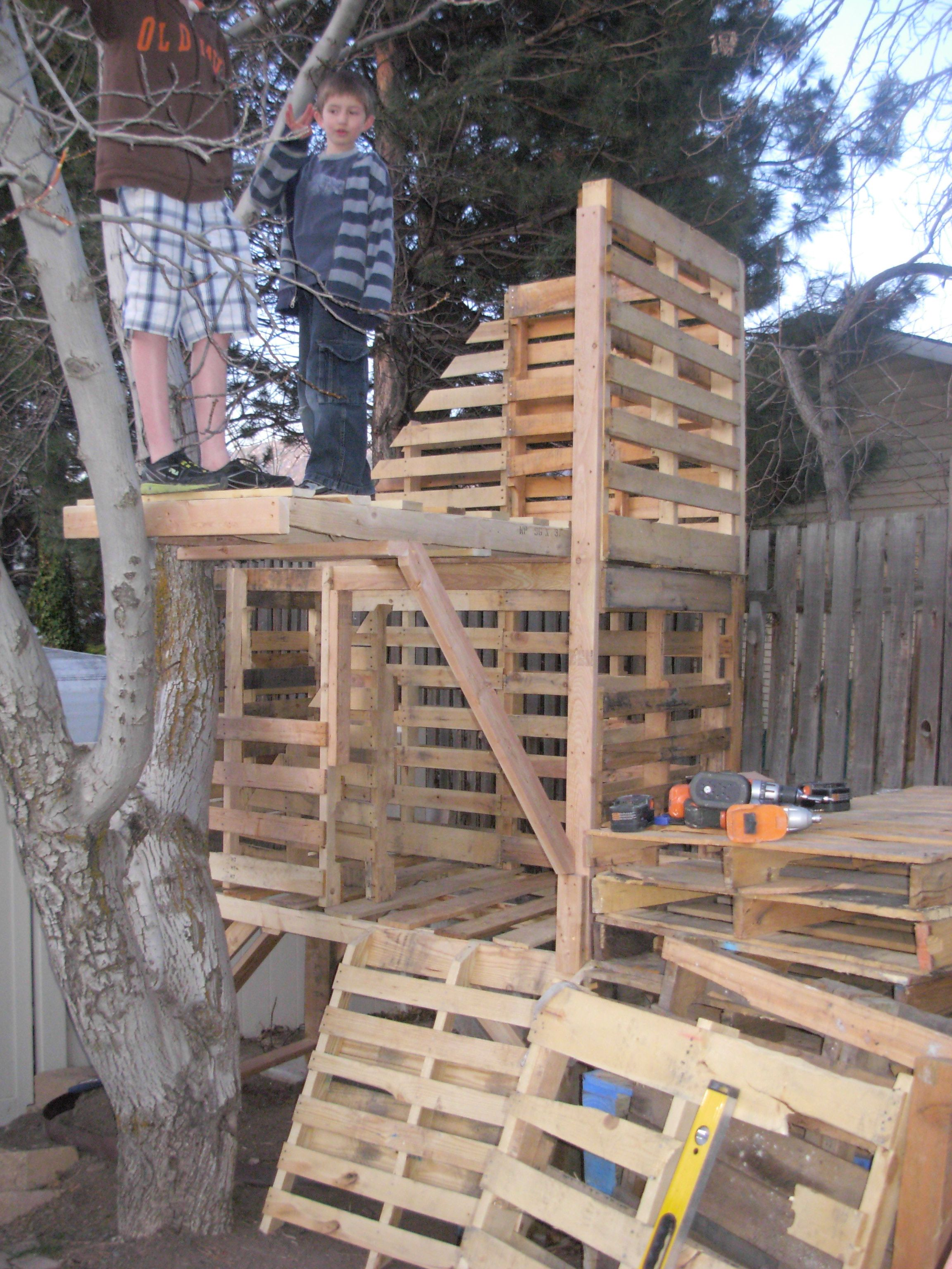 Awesome pallet treehouse awesome world and treehouse for Pallet tree fort