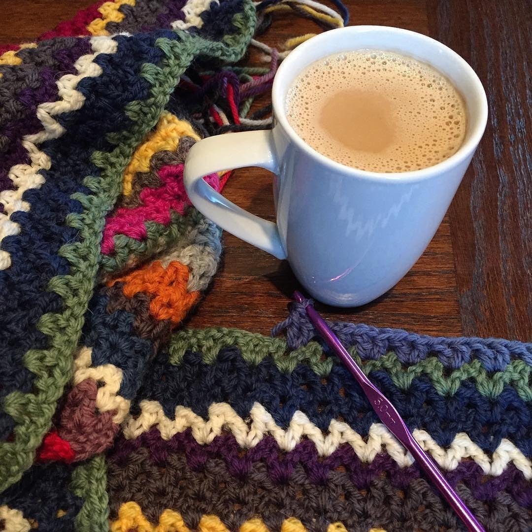 Endelig fredag  #morgenkaffe#morningcoffee#hekling#crocheting#crochethook#crochetlove#crochetaddict#crochetblanket#heklekrok#heklegal#hekleglede#hekleteppe#husoghjem#norskukeblad#ukebladethjemmet#virka#vstitch#vstitchblanket#vstitchcrochet by cecilieeinvik