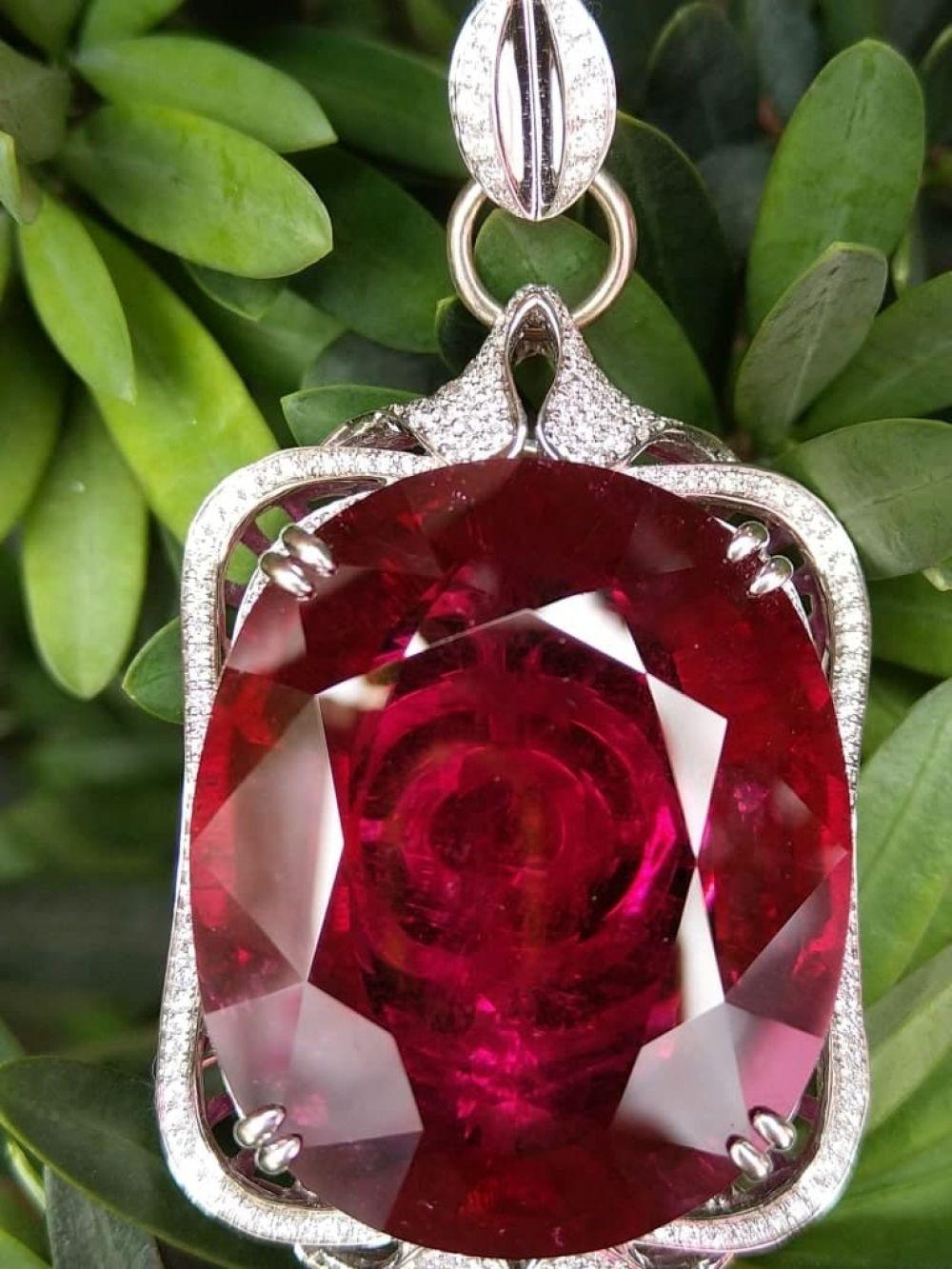 [$31938] 18K Rubilite Pendant Oval 90.03 Cts @minigrinlv  #exclusivejewelry #highendjewellery #highendjewelry #luxuryjewellery #luxuryjewelry #pendant