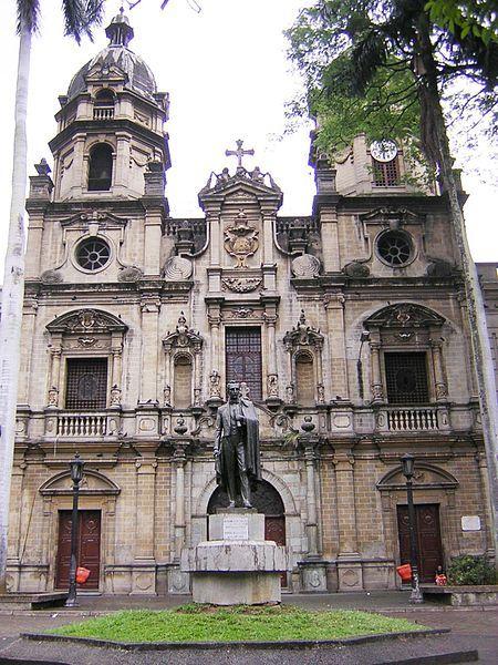 Fachada de la Iglesia de San Ignacio de estilo barroco español, Medellín, Colombia.