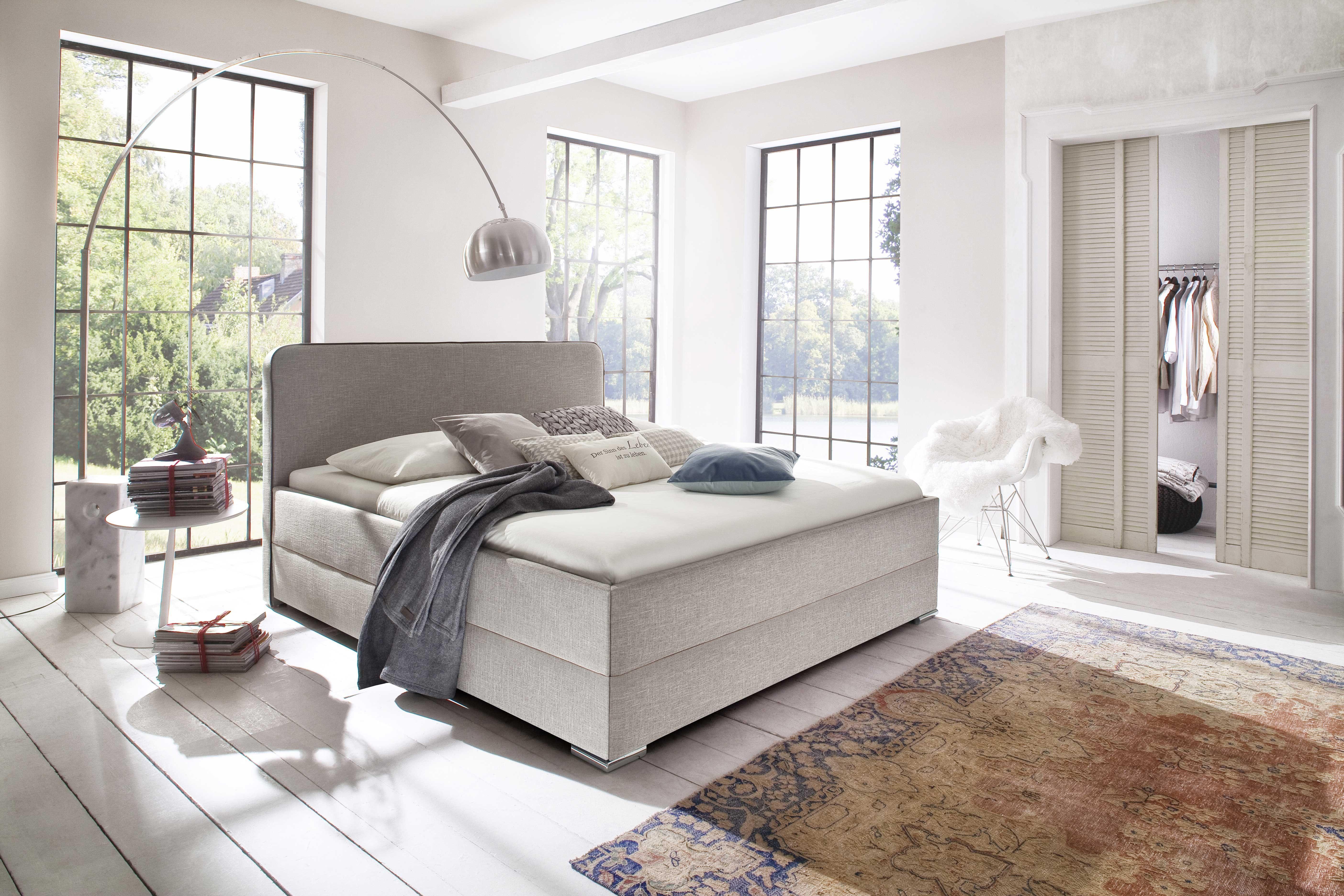 Cre er een gezellige cosy sfeer in de slaapkamer met dit beige bed van de Kona