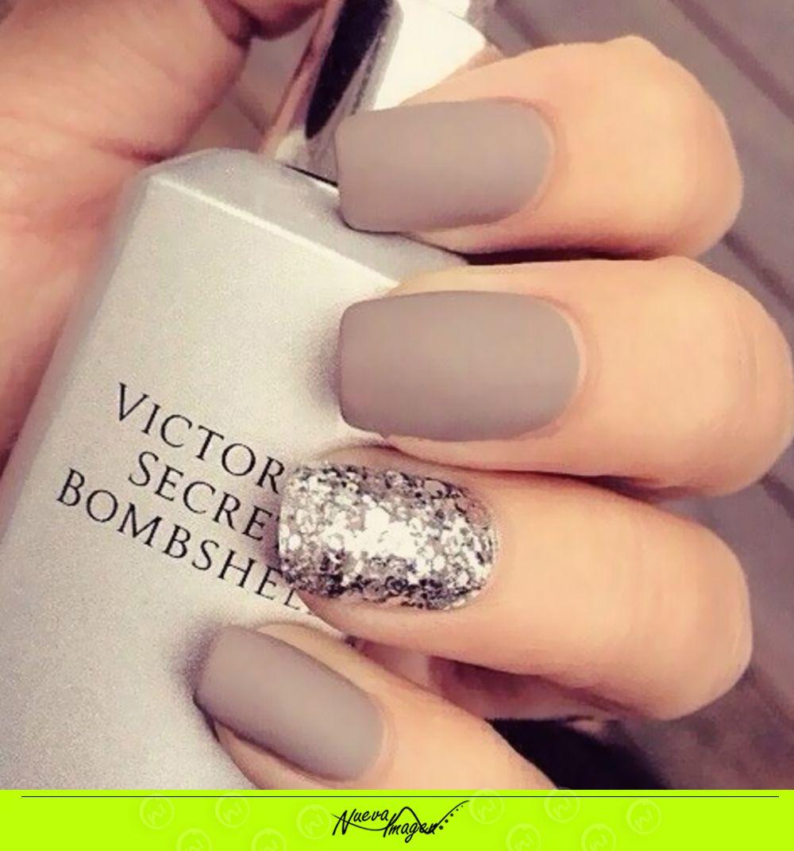 luce elegante y a la moda con este color en tus uñas