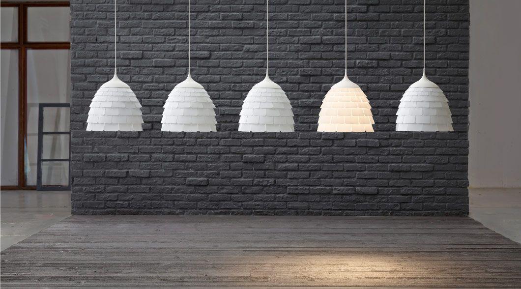 Expoziţie de lustre albe cu decupaje din plastic LIGHT