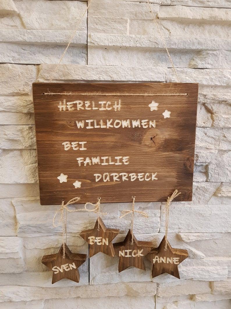 Holz-Türschild mit Familienname und Vornamen auf Anhängern,Sterne/Herzen,Nussbaum-Optik, Herzlich Willkommen, Holzbrett Eingang, Haustüre