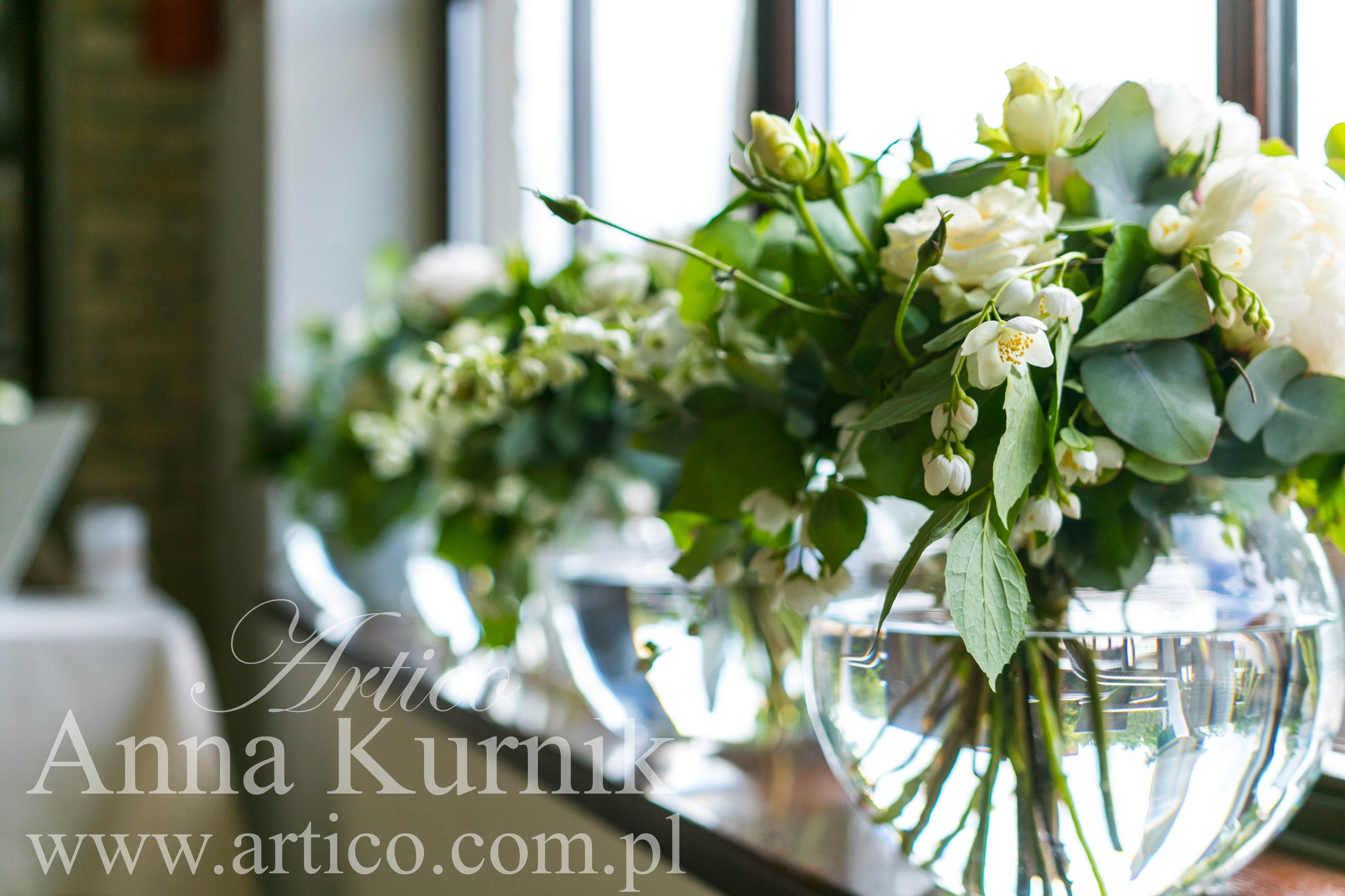 Bukiety W Stylu Rustykalnym Biale Kwiaty Eukaliptus Duze Kule Szklo Piekna Sala Table Decorations Vase Facebook Sign Up
