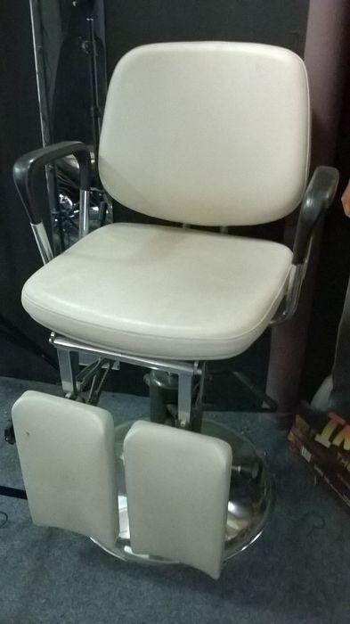 Online veilinghuis Catawiki: Een behandelstoel met vinyl bekleding en verchroomd metalen onderstel