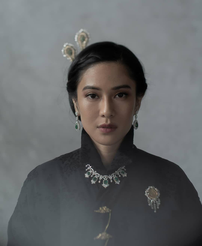 "Photo of Dian Sastrowardoyo on Instagram: ""Tribute to Indonesian heroines. Cut Nyak Dien. 📷@dikhadheansa 👠@alexandergotama 👘@adninaninda 💄@philipekarunia 💇♀️@ade_ragil_hairdo…"""