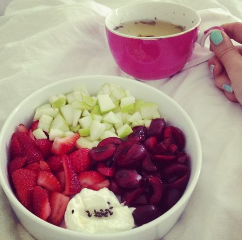 mildrose:    freshnfit:    breakfast~ chopped strawberries, apple and cherries with greek yoghurt and agave syrup. with my last skinny me tea :)    mmm