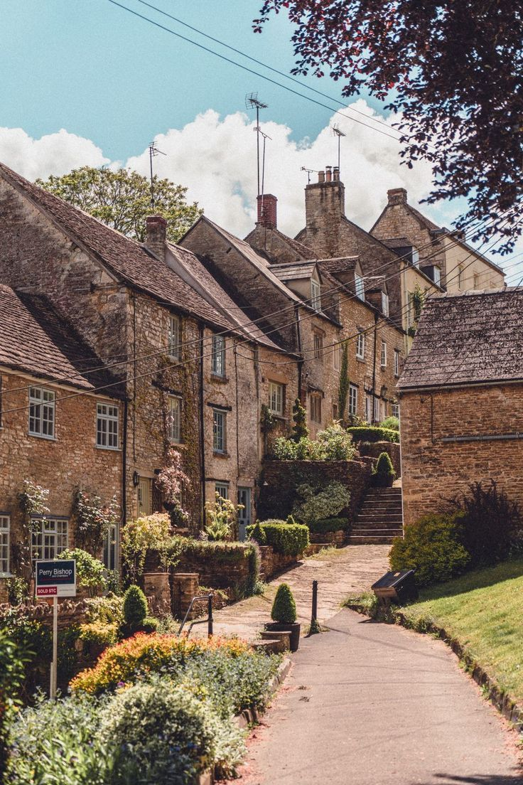 Hidden Gems & Secret Spots in the Cotswolds & A Complete Guide to the best of unusual, offbeat, hidden, and quirky things to do in the Cotswolds, England