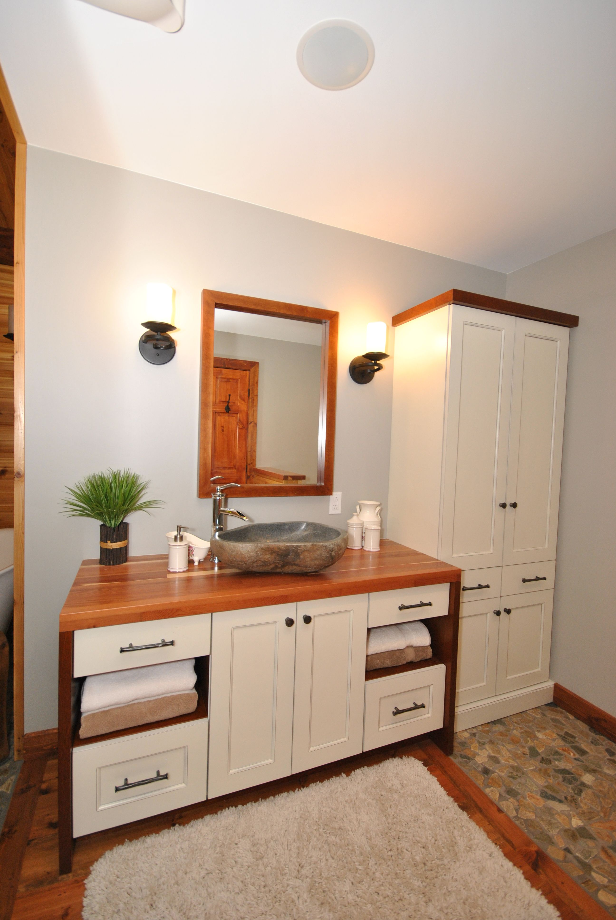Meuble de salle de bain en merisier de couleur cr¨me avec un