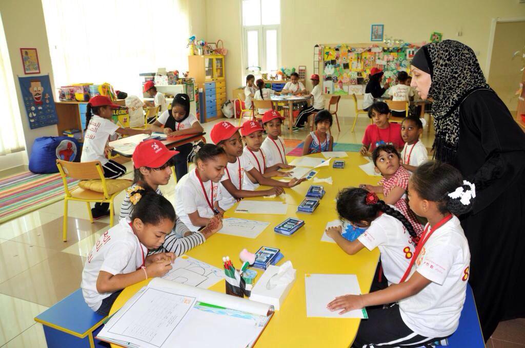 جانب من نشاط الفنون التشكيلية لأطفال المعسكر الصيفي الثامن للأطفال لفئة الإناث بمركز الطفل بالرقة Summer