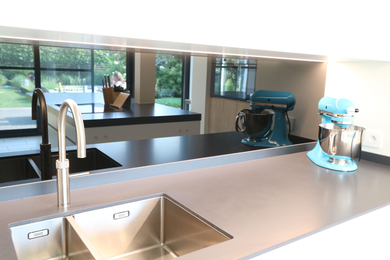 Moderne keuken met keramisch blad - quooker - lacobel zwart - lak en ...