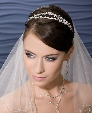 e74a8d040 Velo de novia con tiara. Complementos de pelo para novias 2011 ...