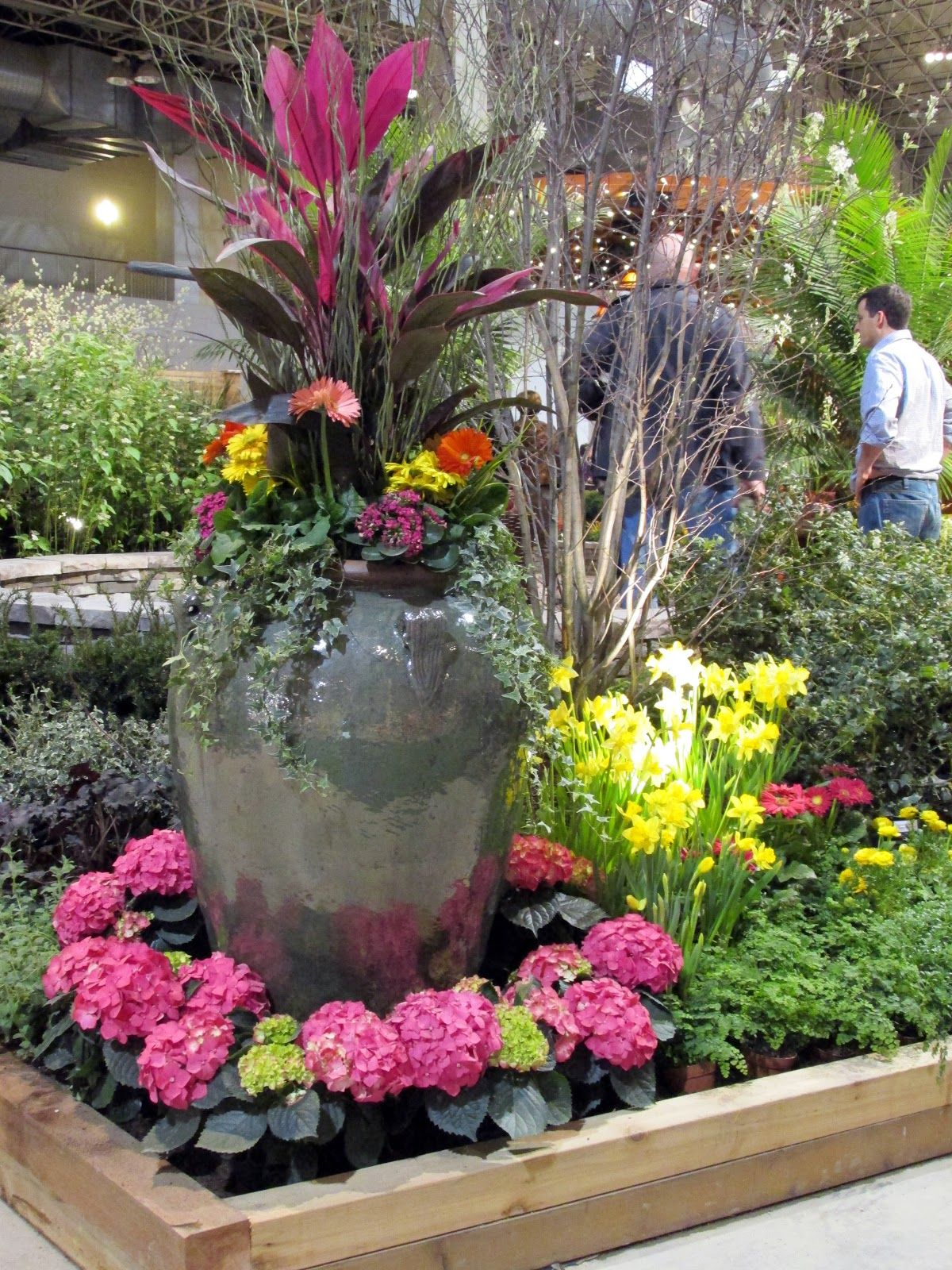 Annual flowers in pots large urn filled with colorful for Colorful plants for landscaping