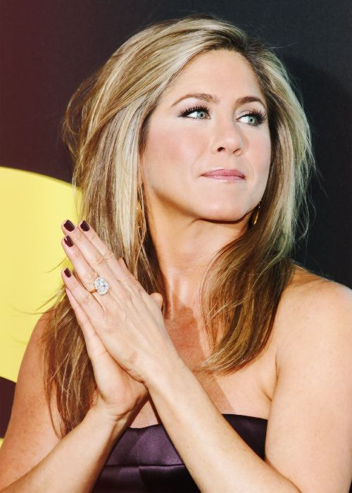Dress and nails in harmony by Jennifer #Aniston! Isn\'t it color gel ...
