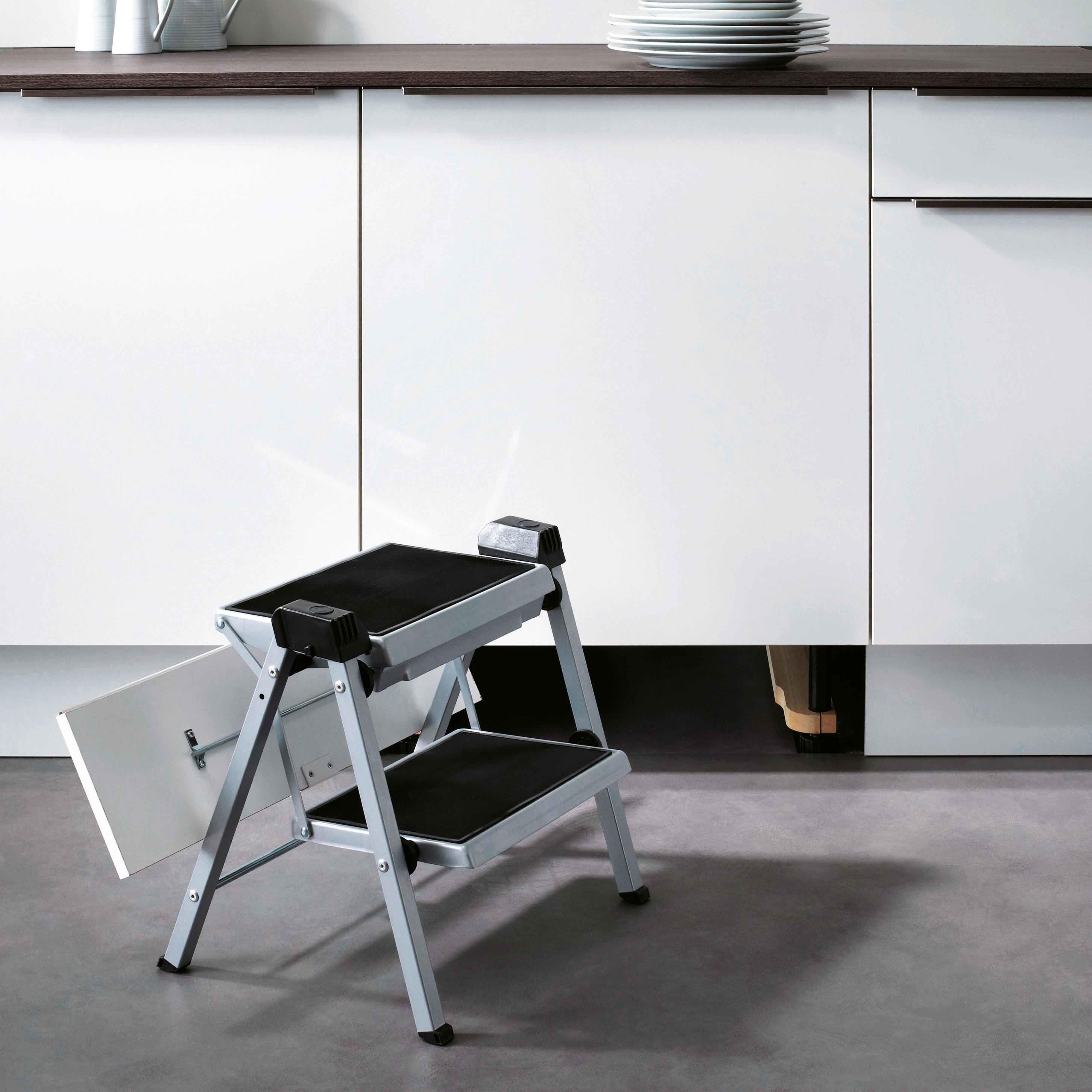 Accessoire cuisine équipée escabeau pliable intégré  la plinthe