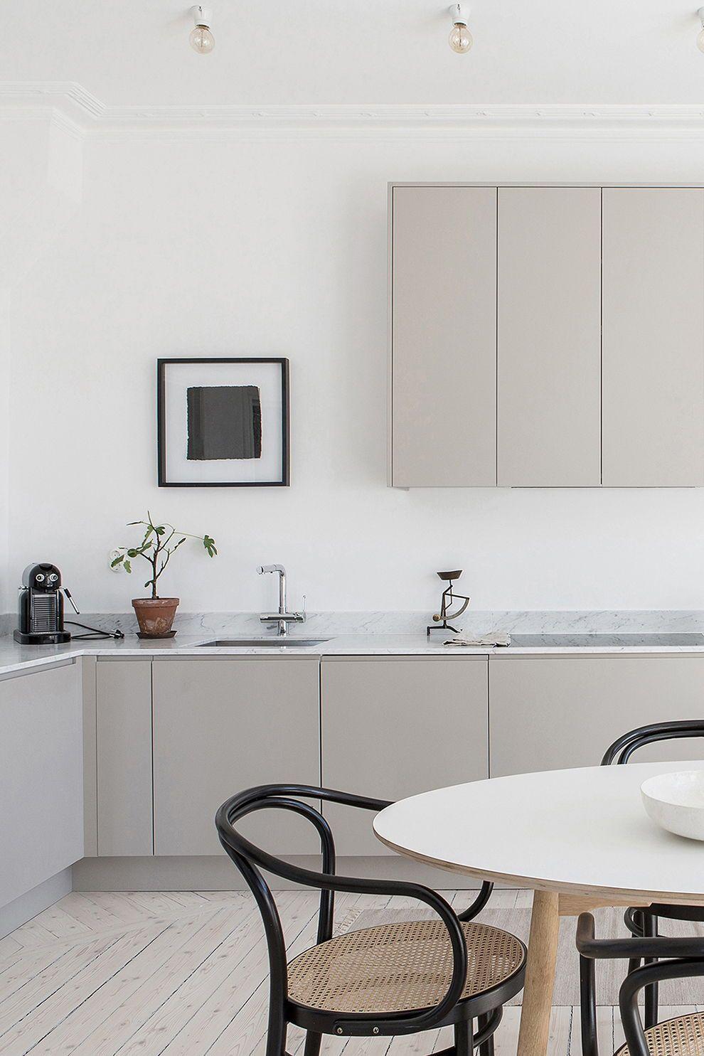Modernt grått kök från Nordiska Kök med släta luckor. Måttanpassat och målat i en ljusgrå färg, designat och platsbyggt av oss i Göteborg. Bänkskiva i matt vit marmor. Se den senasteköks inspirationen, köksdesign, tillval och bänkskivor på www.nordiskakok.se #köksdesign #köksinspo #kök #platsbyggt #byggakök #kitcheninspo #kitchen #grått #modern #kitcheninspiration #marmor #home #interior #interiör #interiør #marble #bänkskiva #countertop #grey #greykitchendesigns
