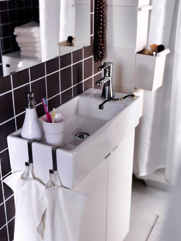 Ondiepe wastafel voor de kleine badkamer. De kleine badkamer wordt ...