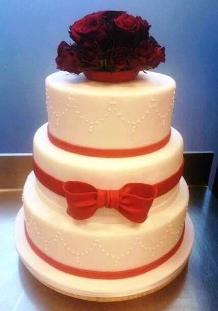 Classicoff-white wedding cake with real roses. Klassische