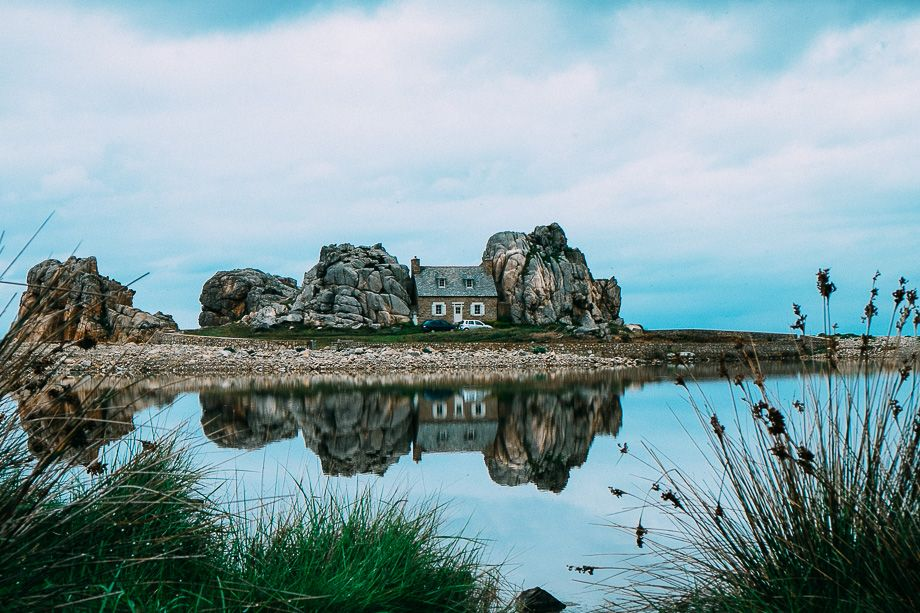 Plougrescant: La Maison Du Gouffre  Das Haus Zwischen Den Felsen In Der  Bretagne,