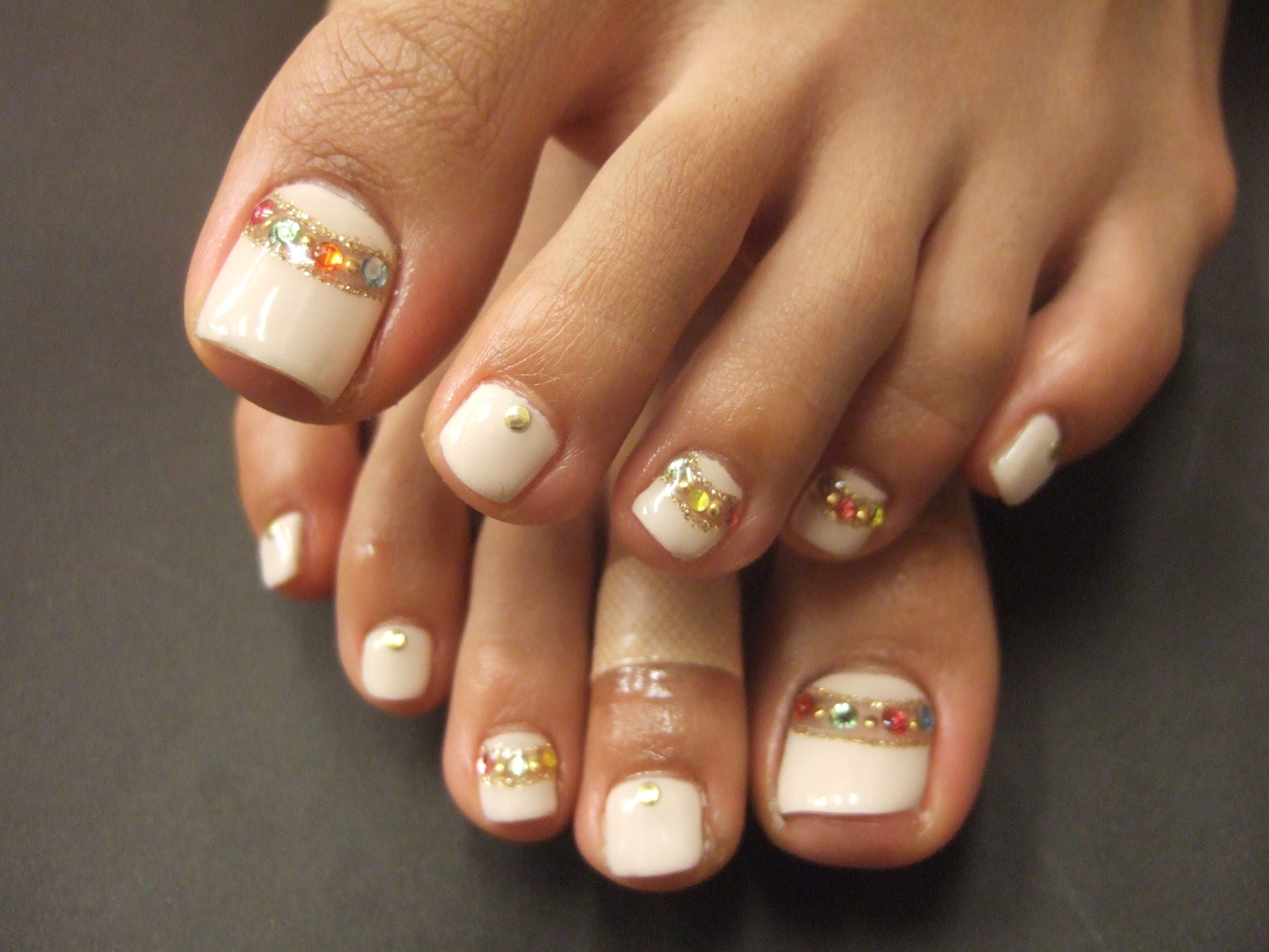 White Toes With Gold Band And Rhinestones Feet Nail Design Luxury Nails Toe Nails