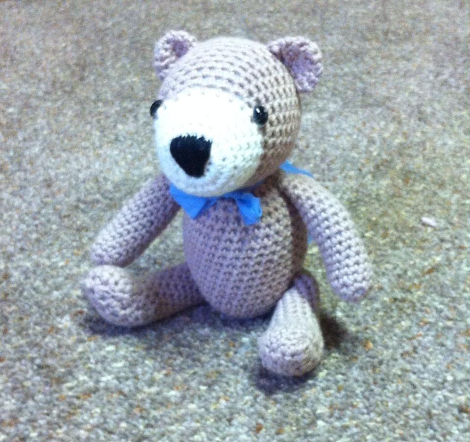 """Doudou Amigurimi """" petit ourson """" beige et blanc , yeux de sécurité : Jeux, jouets par sandrine-campana"""