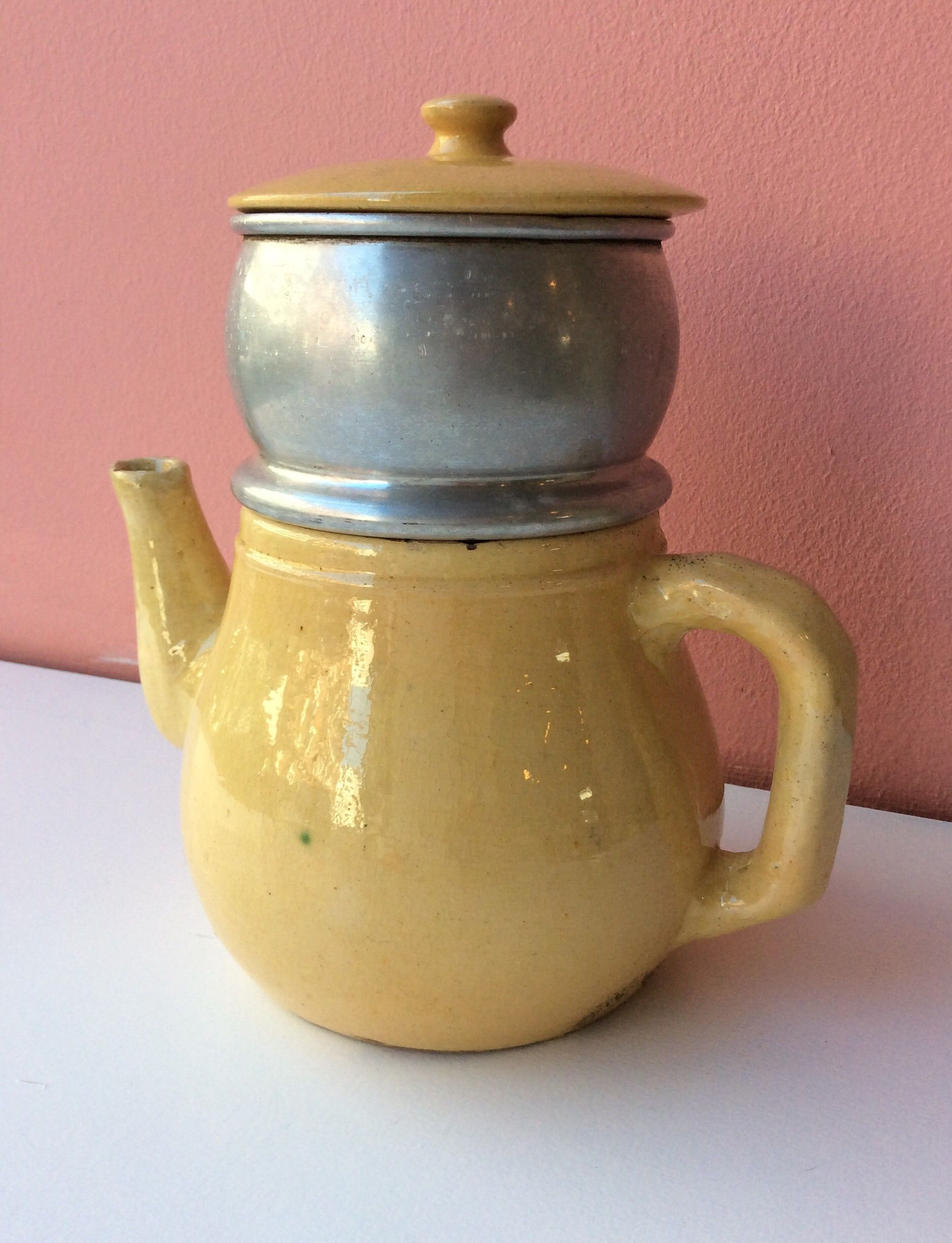 keraaminen kahvikannu 40 luvulta . alumiinen siivilä . kokonaiskorkeus 20.5cm . #koopernu
