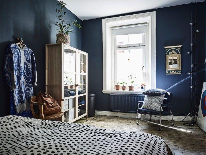 dormitorio con paredes oscuras y madera natural