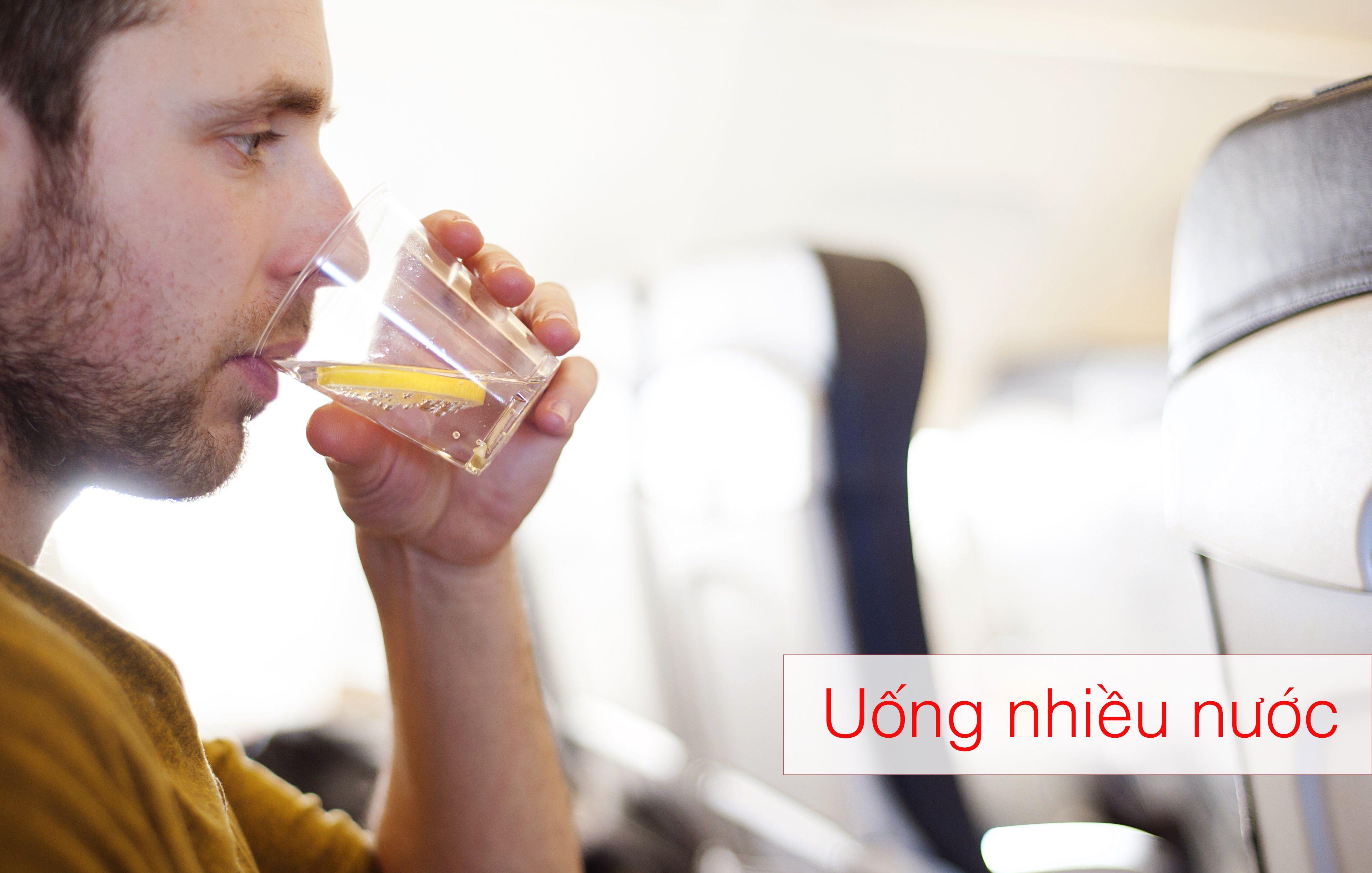 Uống nhiều nước - chống say máy bay