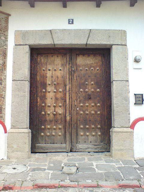 Puerta de una casa colonial en la ciudad de antigua for Puertas de madera y hierro antiguas