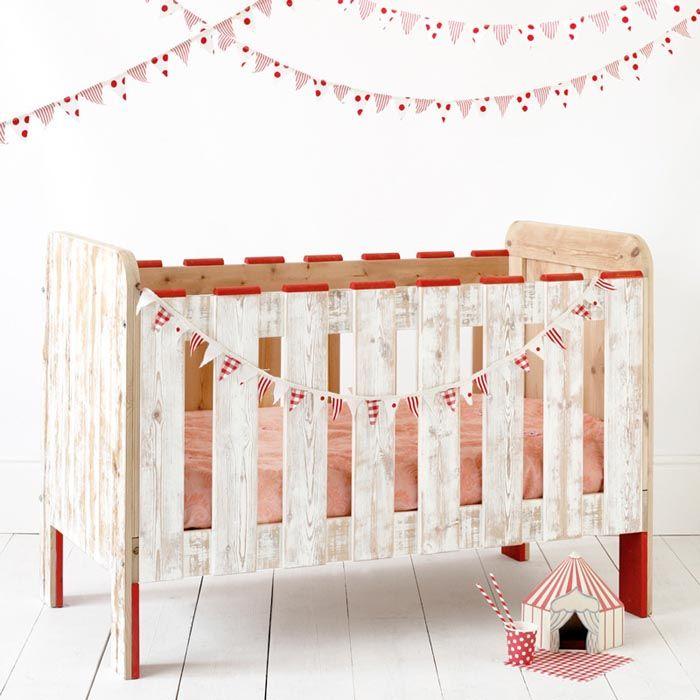 ce lit de b b barreaux est r alis enti rement avec du bois recycl la finition blanchie met. Black Bedroom Furniture Sets. Home Design Ideas