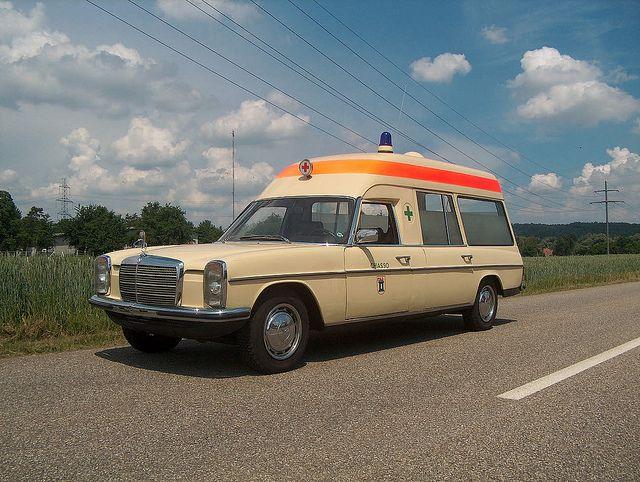 Mercedes W115 8 Ambulance Krankenwagen in der Schweiz