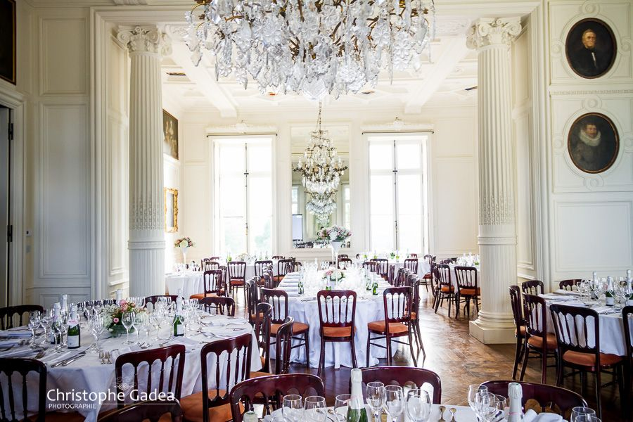 Salle de réception et décoration des tables pour un mariage au