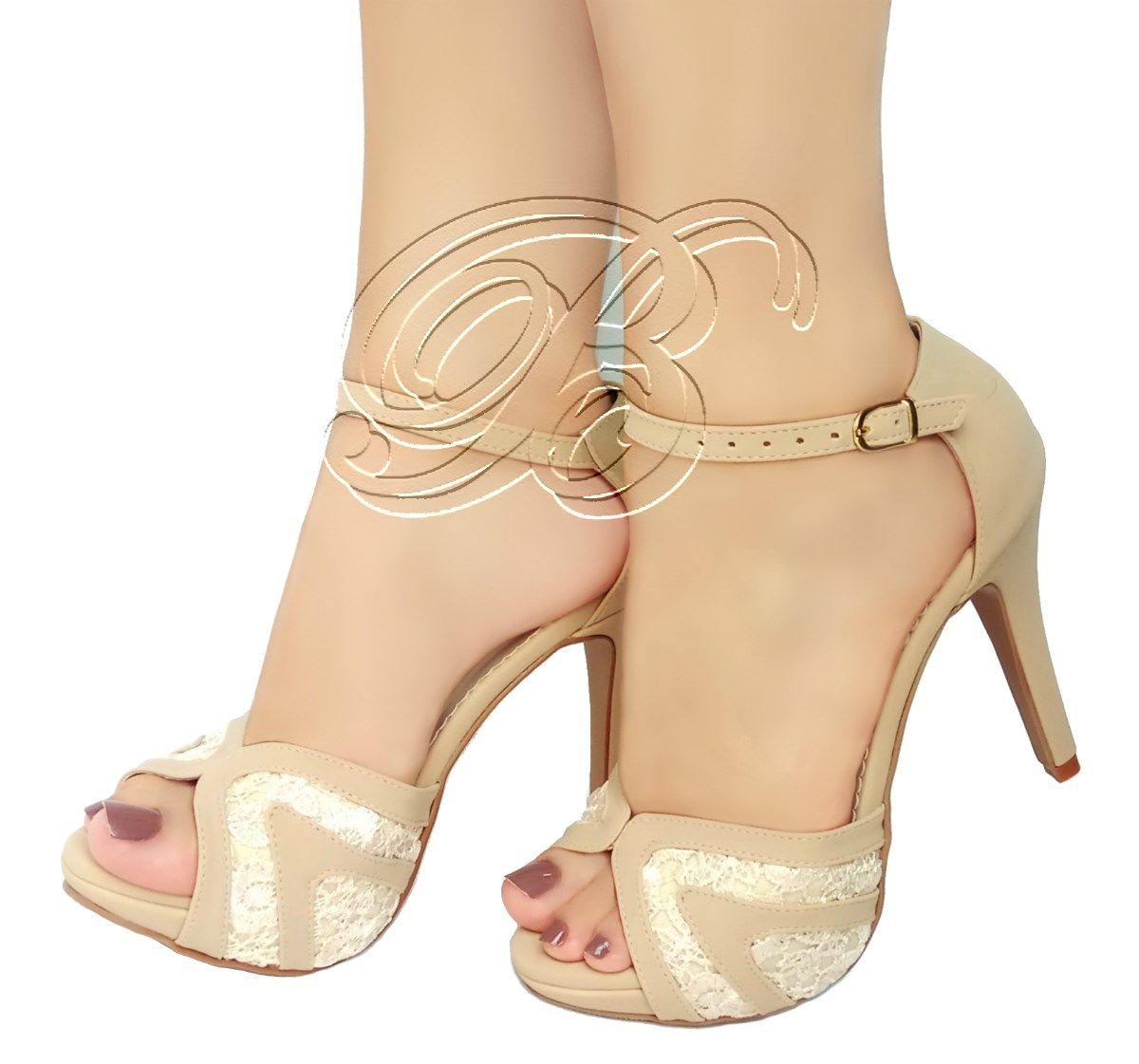 d597c4a9b7 Delicada sandália Bellatotti em bege com lindo design na frente e salto  fino. Meia pata