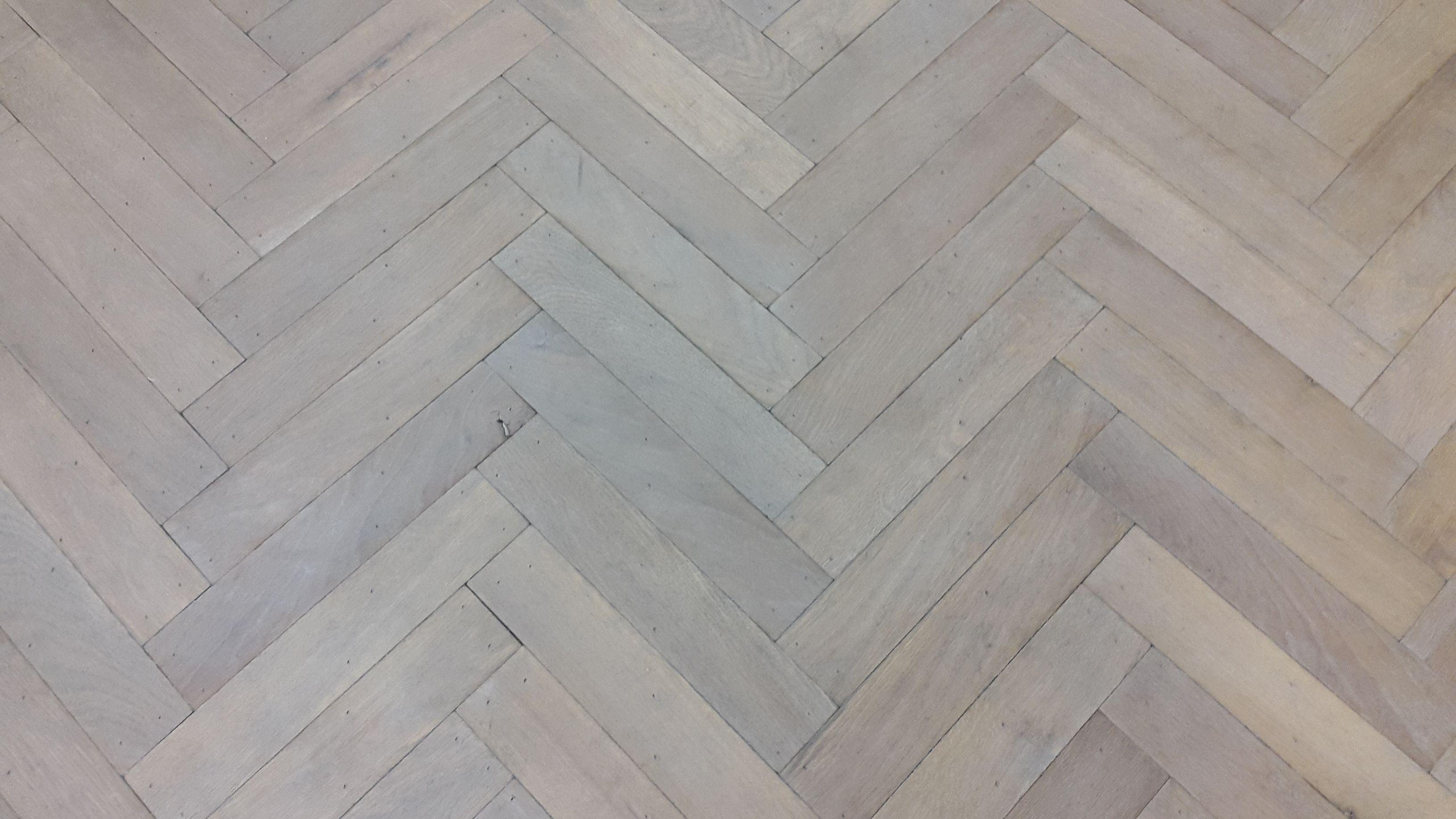Verouderde visgraat eiken vloer in een wit grijze kleur fairwood