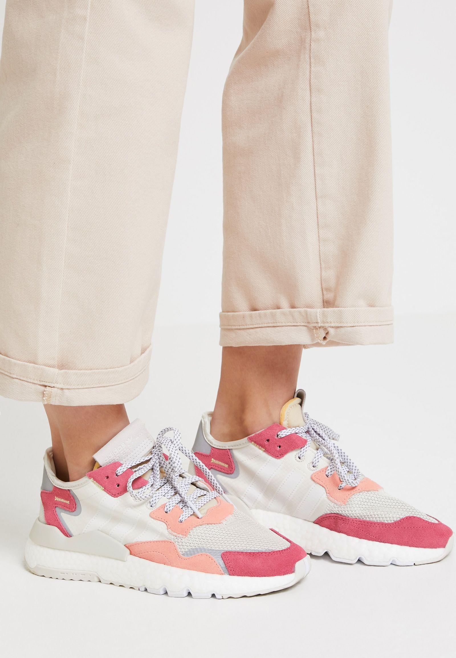 Adidas Originals Nite Jogger Baskets Basses Raw White Optic White Trace Pink Zalando Ch Adidas Sneaker Adidas Originals Sneaker Schuhe Ohne Schnursenkel