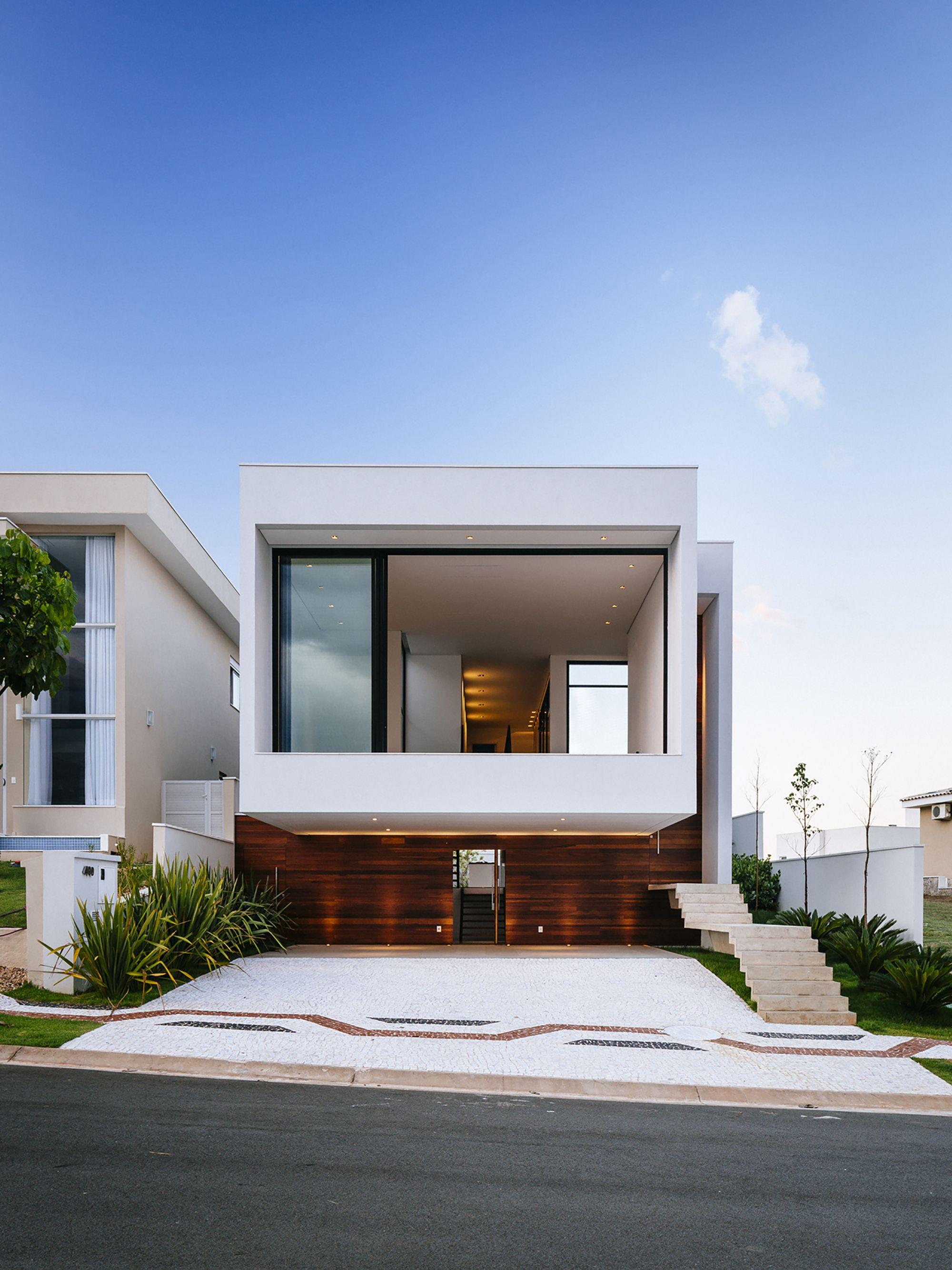 diseo de moderna casa de dos pisos ms planos fachada con un volado y vistas hacia jardines interiores
