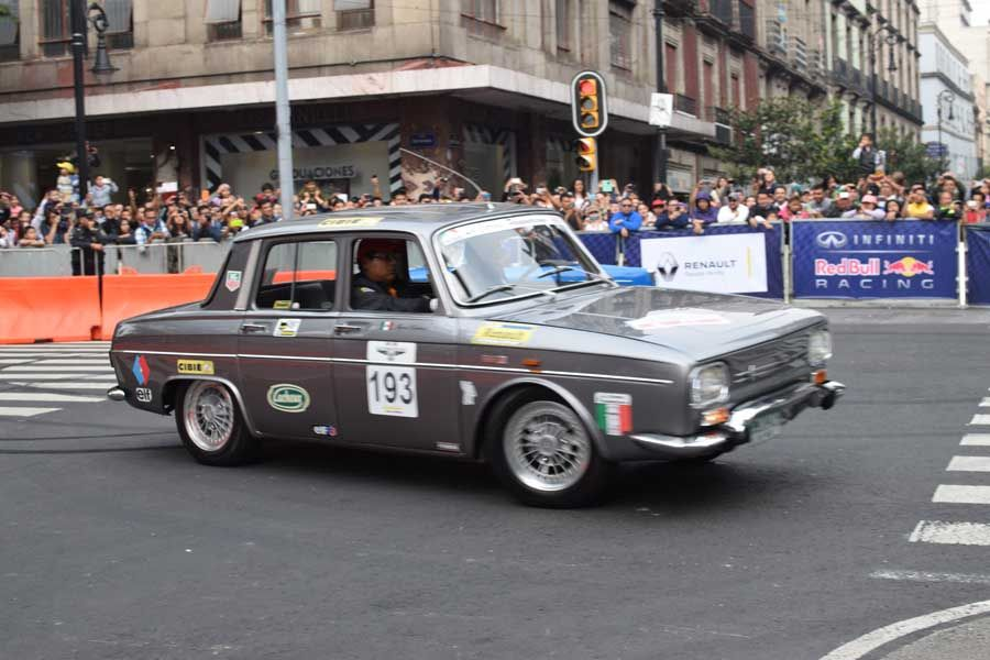 Autos Clásicos (Renault). En la esquina de Av. 20 de Noviembre y la calle de Uruguay durante el F1 Show Run Red Bull 2015, Centro Histórico de la Ciudad de México.