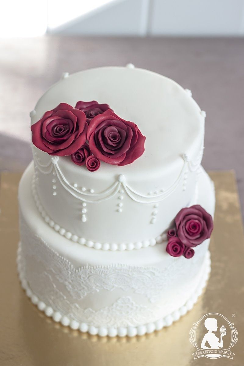 Vintage wedding cake  bordeaux roses white lace