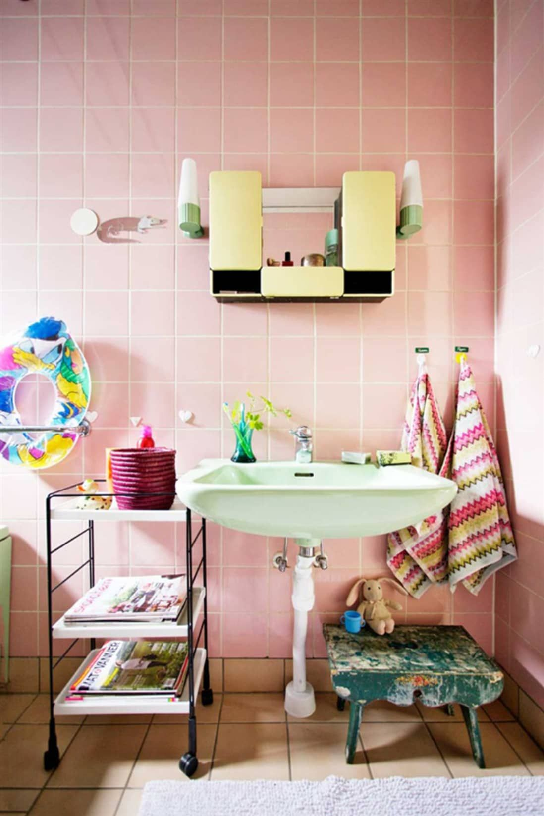 Photo of Vintage Goodness: 7 bathrooms where colorful fixtures look really good