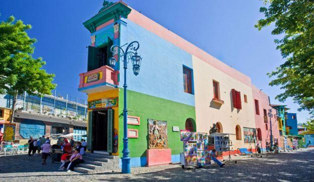 La Boca es el barrio más pintoresco de todo Buenos Aires. Sus alegres edificios son herencia de los inmigrantes italianos, quienes dieron al lugar un aspecto muy similar a la ciudad costera de Génova.
