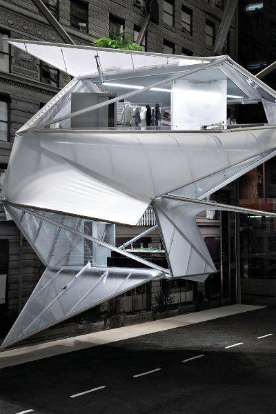 Als Calvin Klein für seinen Laden in der New Yorker Madison Avenue ein Konzepthaus wollte, das er im Schaufenster ausstellen kann, lieferten ihm die Architekten von REX dieses futuristische Gebilde. Die Inneneinrichtung besteht komplett aus Miniaturen der Home-Linie des Unternehmens.