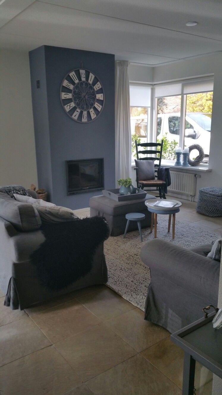 De zithoek is een knusse ruimte het wollen carpet zorgt voor extra comfort een hocker en - Organiseren ruimte voor een extra ...